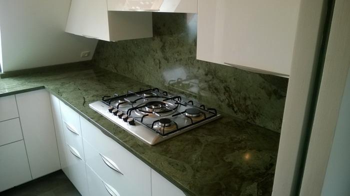 Cuisine granit vert bambou pierre granit andr demange for Plan de travail vert anis