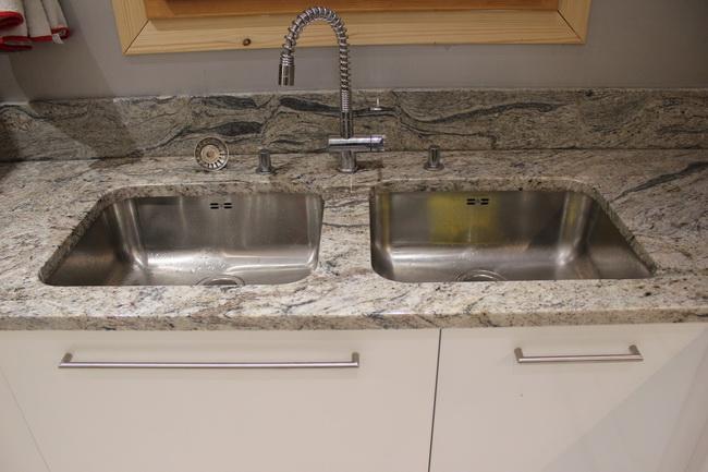 Derni res cuisines granit r alis es pierre - Pose plan de travail cuisine ...